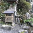 5.「二条関白蘇生の泉」の社と採水口